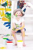 Chica con una gorra con las pinturas — Foto de Stock