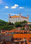 Oud kasteel in bratislava op een zonnige dag — Stockfoto