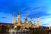 Basílica del pilar de zaragoza en iluminación nocturna, españa — Foto de Stock