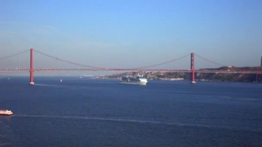 View of river Tejo and The 25 de Abril Bridge above — Stock Video
