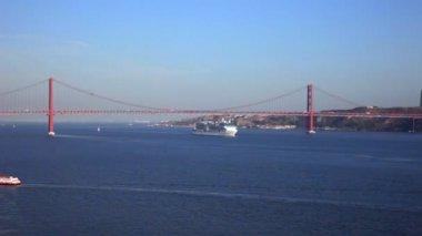 View of river Tejo and The 25 de Abril Bridge above — Stock Video