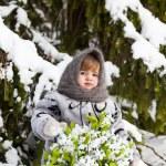 liten flicka i en vinter trä med en stor korg med snödroppar — Stockfoto #37401285