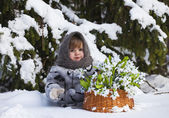 Little girl in a winter wood with the big basket — Stock fotografie