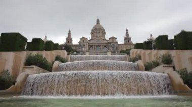 Fuente cascada frente a museo nacional de cataluña — Vídeo de stock