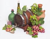 Wine barrel and red ripe grape — Foto de Stock