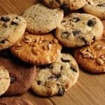 soubory cookie přes dřevěné pozadí — Stock fotografie #15552709