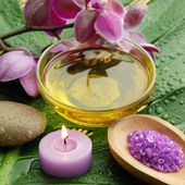 Oil and orchid with green leaf — Foto Stock