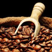 Kahve çekirdekleri çuvala üzerinde — Stok fotoğraf