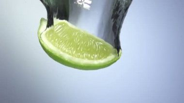 Fresh lime dropped into water with splash — Stock Video