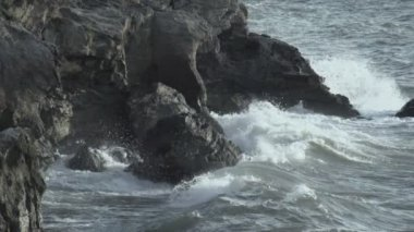 Turbulent water on a rocky coastline — Stock Video