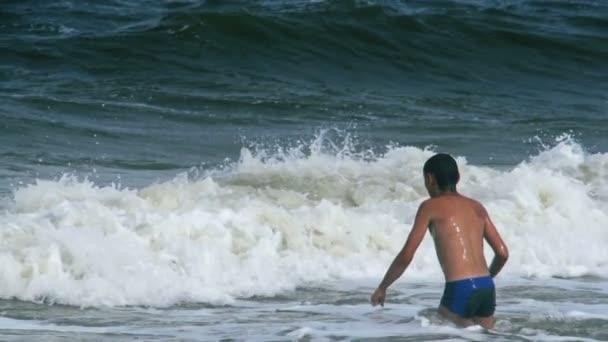 Garçon se jetant dans la mer — Vidéo