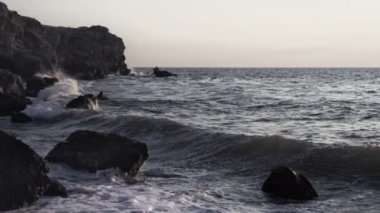 Water on rocky coastline — Vídeo Stock