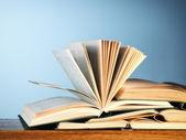 старые книги открыты новые — Стоковое фото