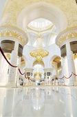 Abu dhabi, émirats arabes unis - 4 juin : grande mosquée sheikh zayed intérieure à l'intérieur et le plus grande dans le lustre du monde sur 4 juin 2012 à abu dhabi, émirats arabes unis — Photo