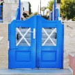 Greek traditional white walls and blue door in one of the small villages, Cyclades, Greece — Stock Photo