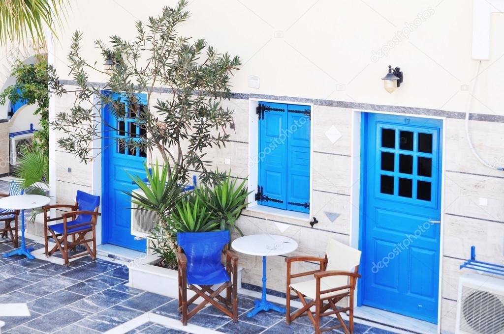 griechische traditionelle wei e w nde und blaue t r in einem der kleinen d rfer kykladen. Black Bedroom Furniture Sets. Home Design Ideas