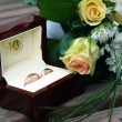 Foto Stock: Rose and wedding bands
