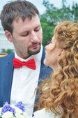 Glad bara gift unga par — Stockfoto