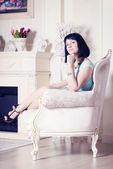 женщина, сидящая на стуле — Стоковое фото