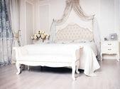Luxury comfortable bedroom — Foto de Stock