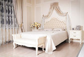 Luxury comfortable bedroom — Foto Stock