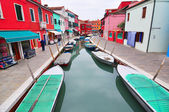 BURANO, ITALY - November 8: Canal with colorful houses on the famous island Burano, Venice on November 8, 2013 in Burano. — Zdjęcie stockowe