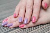 Ženské ruce s barevný lak na nehty — Stock fotografie