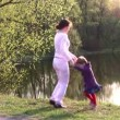 Royalty-Free Stock Vektorfiler: Mother with girl on spring pond