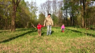 Vater mit kindern im park — Stockvideo