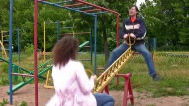Paar auf schaukel — Stockvideo