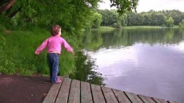 Gölet üzerinde küçük kız — Stok video