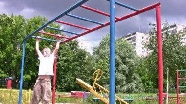 Horizontal bar sport hang child — Stock Video