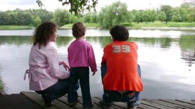 семья на пруду — Стоковое видео