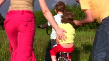 Family with bicycle — Stock Video