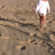 Running little girl on sand alone — Stock Video
