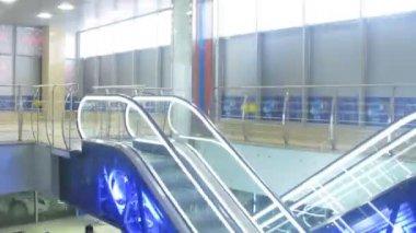 Eskalátor z výtahu v obchodě — Stock video