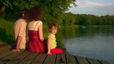 女孩在池塘上的家庭 — 图库视频影像