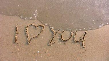 ビーチ上の単語を愛してください。 — ストックビデオ