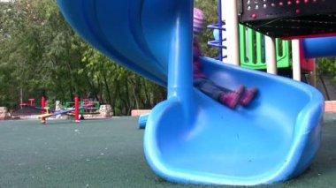 Dziewczynka na plac zabaw dla dzieci — Wideo stockowe
