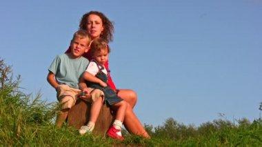 Matka s dětmi na pařezu — Stock video