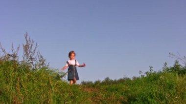Chica caminando en prado solo — Vídeo de stock