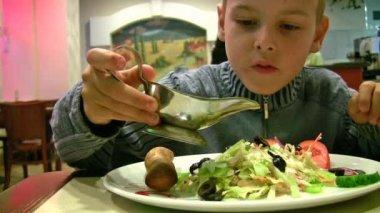 Junge mit sauce, brot, salat — Stockvideo