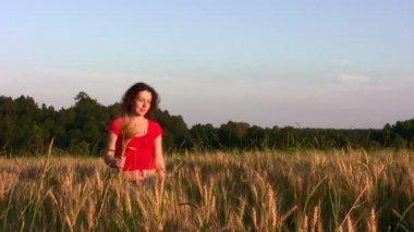 Woman in wheat field — Stock Video