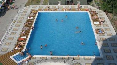 Simning i poolen. tidsinställd — Stockvideo