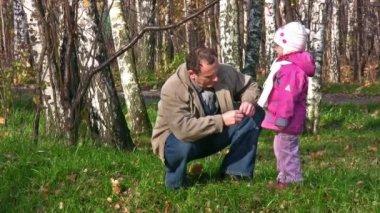 Senior avec la petite fille dans le parc automne — Vidéo