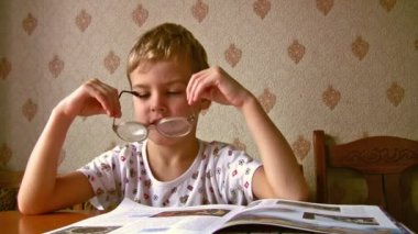 Child read book in old glasses — Stock Video