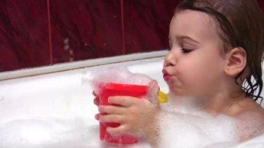 Child in bath — Stock Video