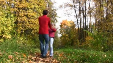 Couple rotate in autumn park — Stock Video
