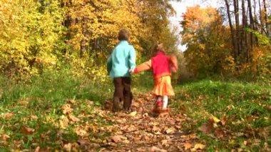 Children walking in autumn park. — Stock Video