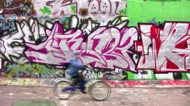 Bicycle, car and graffiti wall. — Stock Video
